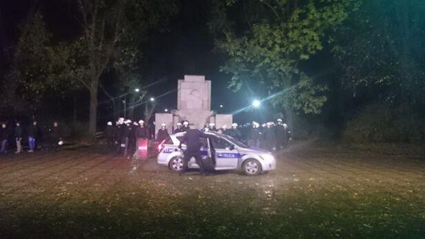 Policjanci pilnują pomnika Bartosz Andrejuk / tvnwarszawa.pl